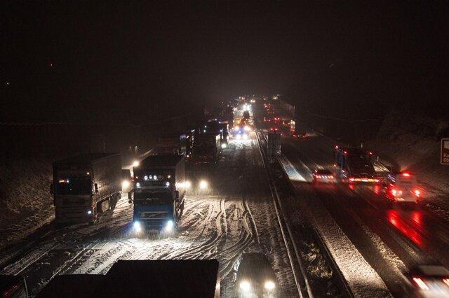 <p> Besonders den Autofahrern wird dieses plötzliche Eintretens des Winters eher negativ aufgestoßen haben. Vielerorts staute es sich auf den Straßen und die Unfallgefahr stieg.</p>