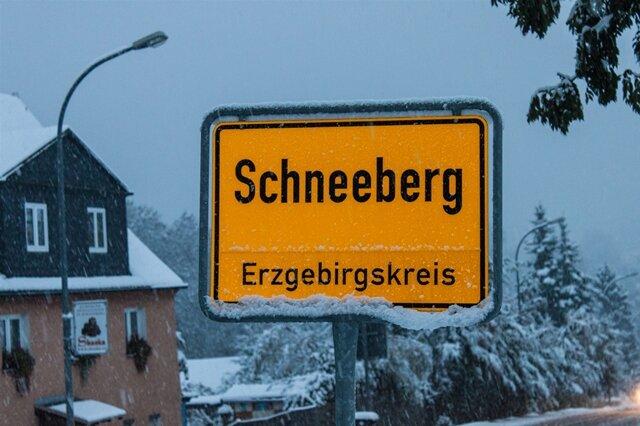<p> Schneeberg vom Schnee umrahmt: Bedeckte Baumwipfel und Hausdächer leiten die vierte Jahreszeit ein.</p>