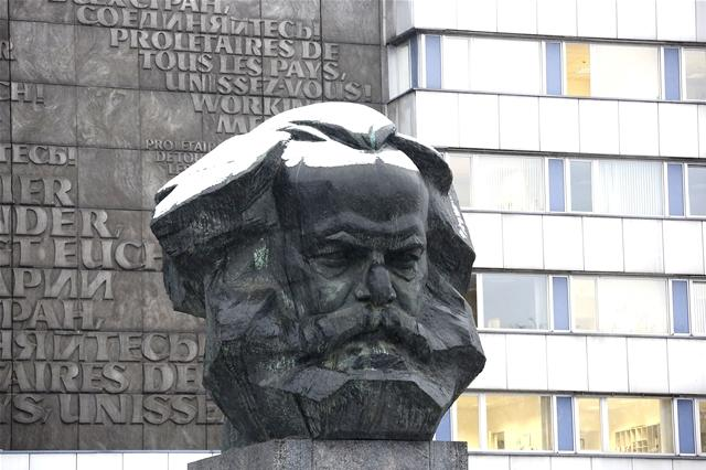 <p> Zumindest Karl Marx steht die weiße Mütze.</p>