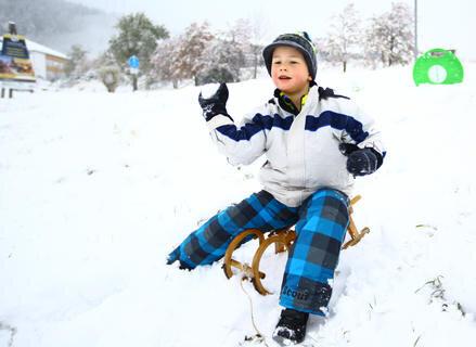 <p> Der sechsjährige Max aus Neuendorf freut sich über Schnee in den Herbstferien.</p>
