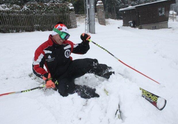 <p> Am Hirschkopf in Carlsfeld nutzte Lokalmatador Lars Seifert den ersten Schnee zur Premieren-Skifahrt.</p>
