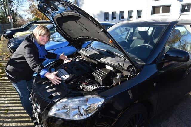 """<p> Ängstlich blickt Maria Casper auf ihr schwarzes Auto – am liebsten möchte sie es verkaufen. Kein Wunder bei dem, was die Grundschullehrerin am Halloween-Tag erlebte. Morgens fuhr sie den Skoda aus der Garage und stellte ihn davor in die Sonne. """"Später fiel mir auf, dass am Unterboden etwas heraushing"""", erzählte sie am Dienstag.&nbsp;</p>"""
