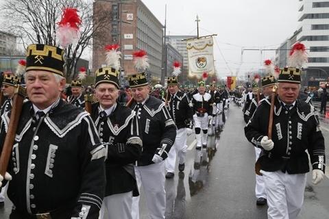 <p> Die Parade vor dem ersten Advent in Chemnitz ist traditionell der Saisonauftakt. In diesem Jahr stehen elf dieser Aufmärsche auf dem Programm des Landesverbandes der Bergmanns-, Hütten- und Knappenvereine. Höhepunkt ist die Große Abschlussparade in der alten Bergstadt Annaberg-Buchholz am vierten Advent.</p>