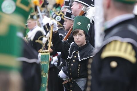 <p> Vor tausenden Zuschauern sind am Samstagnachmittag rund 1000 sächsische Bergbrüder und Bergmusiker in ihren historischen Uniformen bei einer Großen Bergparade durch Chemnitz gezogen.</p>