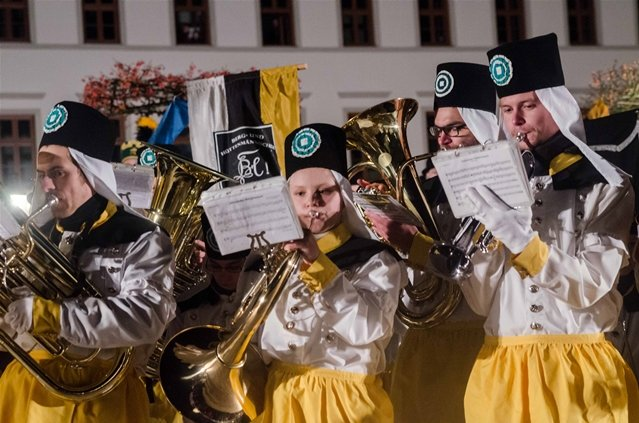 <p> Es nahmen an der Bergparade die Historische Berg- und Hüttenknappschaft, das Bergmusikkorps Saxonia und die Hüttenkapelle Oederan teil.</p>