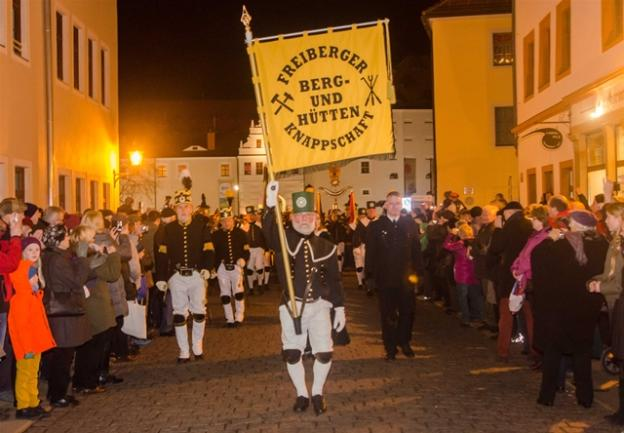 <p> Anlässlich des Freiberger Weihnachtsmarktes ist am Zweiten Advents-Wochenende ganz traditionell die Bergparade durch die Freiberger Altstadt gelaufen.</p>