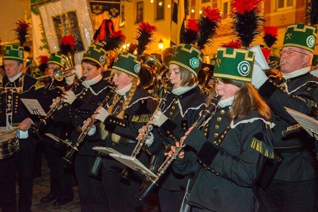<p> Mehr als 300 Uniformträger und 149 Musiker aus 20 Vereinen zogen zur Schwarzenberger Bergparade am Samstag vom Busbahnhof über die Bahnhofstraße auf den Markt.</p> <p> </p>
