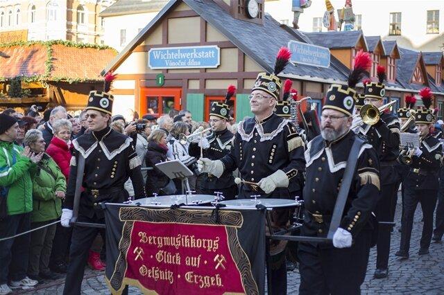 <p> Bei milden Temperaturen und strahlendem Sonnenschein zogen rund 1400 Mitglieder von Bergmanns- und Hüttenvereinen durch die Erzgebirgsstadt.</p>