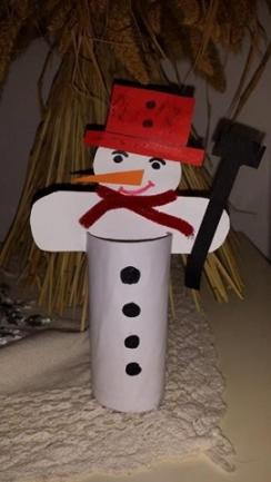 <p> Dieser Schneemann wurde von Emilia und ihrer Mama Lilian gebastelt.</p>