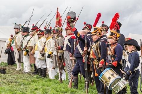 <p> 80 Teilnehmer beteiligten sich mit Pferden und Waffen auf dem Feld.</p>