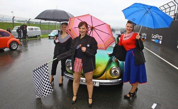"""<p> Teilnehmer des 23. VW Käfer-Treffens """"Ferdinands Festival"""" am Stausee Oberwaldwaren am Samstag mit Regenschirm und Zielflagge dabei.</p>"""