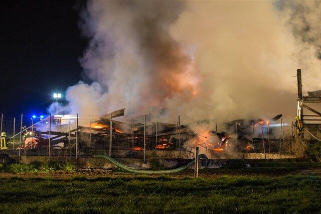 <p> Rund 120 Feuerwehrleute aus den umliegenden Orten waren vor Ort und löschten die Flammen.</p>