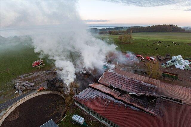 <p> Der Brand zerstörte unter anderem Radlader und Bagger in der 1200 Quadratmeter großen Halle, in der sich zudem eine Melkanlage, landwirtschaftliche Technik sowie Stroh- und Futtermittel befanden.</p>