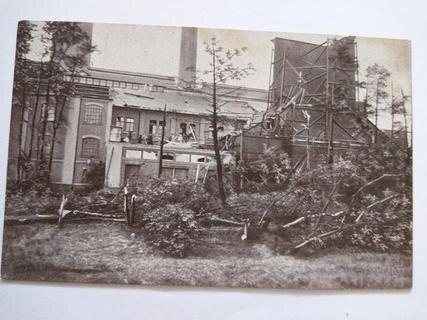 <p> Im Elektrizitätswerk an der Müllerstraße waren die von der Windhose verursachten Zerstörungen besonders groß. Teile der Dächer wurden später 700 Meter entfernt wiedergefunden. Erst am Abend hatte die Stadt wieder Strom.</p>