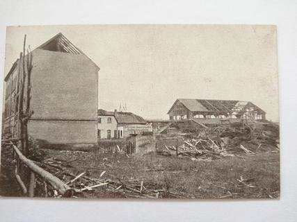 """<p> Die Schlesische Nutzholzhandlung Grau & Heidel an der Blankenauer Straße. """"Die großen Schuppenanlagen sind teilweise eingestürzt und bilden einen Trümmerhaufen"""", heißt es in einem zeitgenössischen Bericht.</p>"""