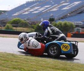 <p> Über 650 Starter gehen in zahlreichen Motorrad- und Automobilklassen an den Start. Es werden sowohl Rennen, Gleichmäßigkeitsfahrten als auch Präsentationen ausgetragen.</p>