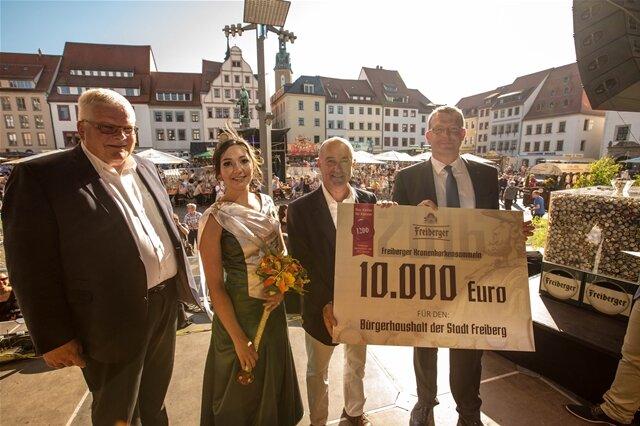 <p> Kronkorken-Aktion für den Bürgerhaushalt: Steffen Hoffmann vom Brauhaus Freiberg übergab 10.000 Euro an Sven Krüger.</p>