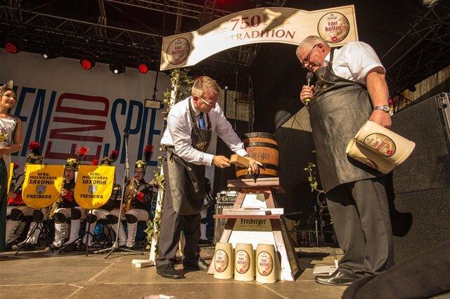 <p> Oberbürgermeister Sven Krüger übernahm den traditionellen Fassanstich.</p>