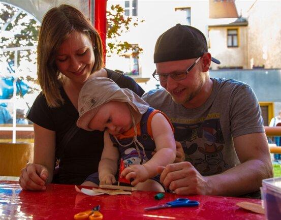 <p> Noah hatte viel Spaß am Freitag in der Kinder- und Familienwelt auf dem Petriplatz mit seinen Eltern Anne und Gerd Vogel beim Boot bauen.</p>
