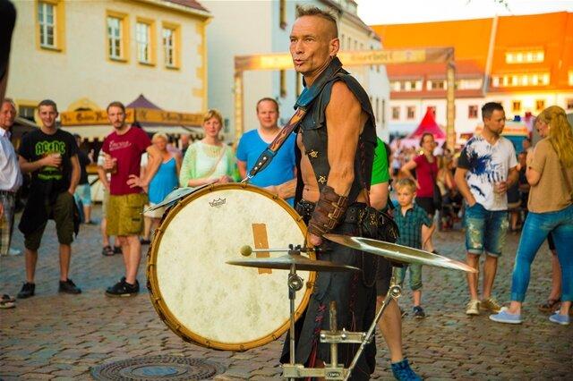 <p> Freitag: Musiker waren auch auf den Straßen unterwegs - hier beim Mittelaltermarkt an der Geschwister-Scholl Straße.</p>