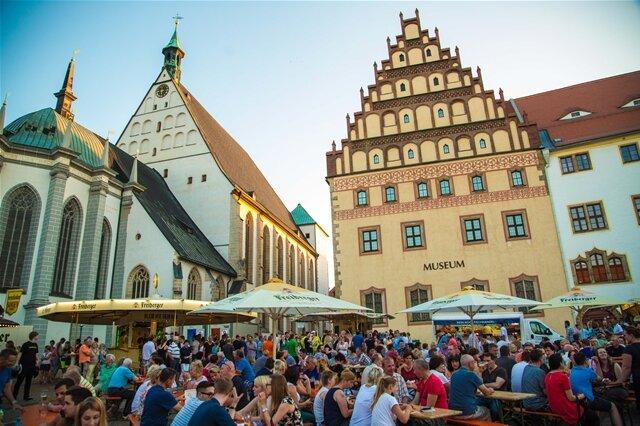 <p> Zahlreiche Besucher feierten am Abend auf dem Untermarkt.</p>
