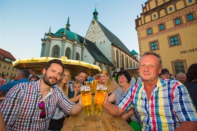 <p> Familie Becker und Claußnitzer hatten gute Laune am Abend, als die Temperaturen sanken und sie das kühle Bier genießen konnten.</p>