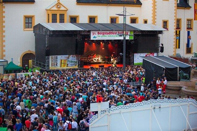 <p> Frontfrau Stefanie Kloß bahnte sich zunächst ihren Weg durch die Zuschauermenge auf die Bühne.</p>