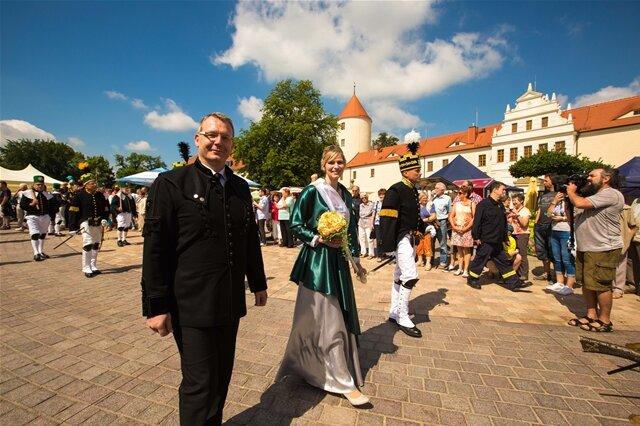 <p> Oberbürgermeister Sven Krüger begrüßte zur bergmännischen Aufwartung auf dem Obermarkt der Kreisstadt 26 berg- und hüttenmännische Formationen, darunter drei Musikkapellen, mit mit insgesamt 650 Mitwirkenden.</p>