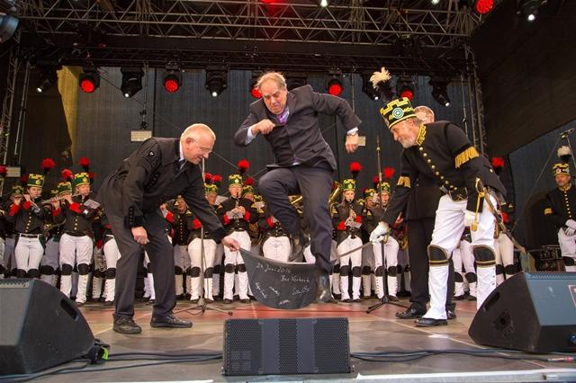 <p> In der Zeremonie wurde der Bürgermeister der Partnerstadt Delft, Bas Verkerk, für seine Verdienste um die Städtepartnerstadt mit einem Arschledersprung in die Reihen der Ehrenbergleute aufgenommen.</p>