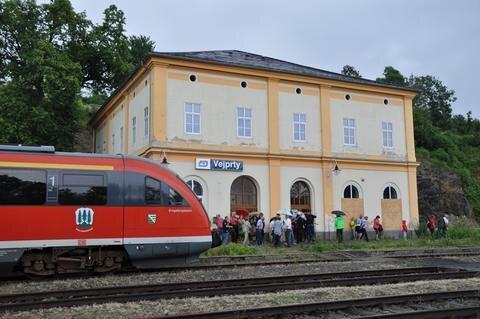 <p> Die Erzgebirgsbahn in Vejprty/Weipert: Von dem einst riesigen Bahnhofsgebäude, in dem Grenzbeamte aus Sachsen und Österreich-Ungarn arbeiteten, steht heute nur noch der kleine Nordflügel.</p>