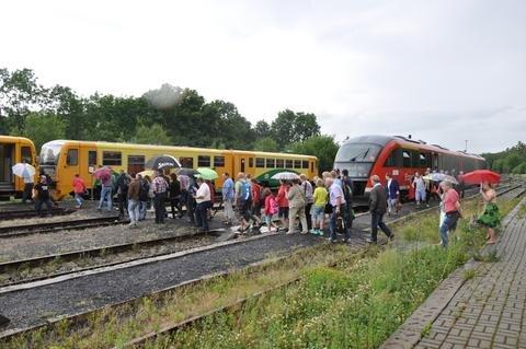 <p> Umsteigen von der Erzgebirgsbahn in die tschechischen Triebwagen in Vejprty/Weipert.</p>