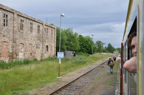 <p> Am Bahnhof Kovarska/Schmiedeberg: Im tschechischen Zug kann man noch die Fenster öffnen.</p>