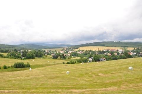<p> Aus dem Zug bieten sich schöne Ausblicke, wie hier auf Kovarska/Schmiedeberg und den Fichtelberg (links).</p>