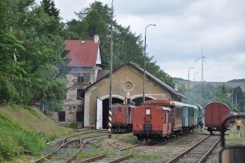 <p> In Krimov/Krima zweigte einst die Bahnstrecke nach Reitzenhain ab. Hier soll ein kleines Museum zur Geschichte der Strecke aufgebaut werden.</p>