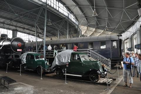 <p> Staunen über den Salonwagen für Baron von Rothschild mit einer Küche für koscheres Essen, davor Motordraisinen.</p>