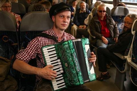 <p> Stadtrat Jörg Heinicke aus Buchholz unterhielt die Fahrgäste im Zug.</p>