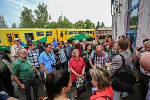 <p> Mit der tschechischen Bahn bis ins Museumsdepot: Die Besucher aus Sachsen am Samstag in Komotau.</p>