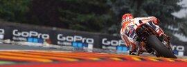 <p>Der Sachsenring-Dominator hat sich am Samstag zurückgemeldet. Nachdem Marc Marquez, der zuletzt sechsmal in Folge beim Deutschland-GP gewann, in den Freien Trainings am Vortag noch seinem spanischen Landsmann Maverick Vinales (Suzuki) den Vortritt lassen musste, holte sich der Honda-Pilot im Qualifikationstrainings die Pole Position.</p>