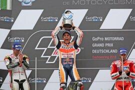 <p>Marc Márquez ist auf dem Sachsenring einfach nicht zu schlagen. Der spanische MotoGP-Pilot gewann den Großen Preis von Deutschland nach einer taktischen Glanzleistung und baute seine fast unheimliche Siegesserie aus.</p>