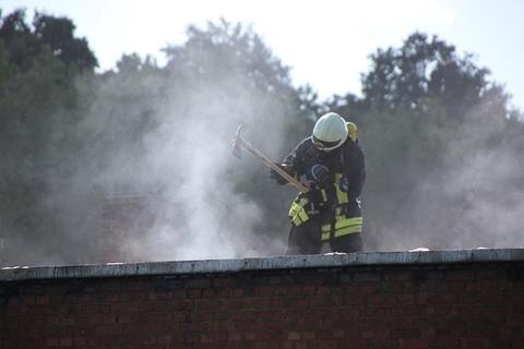 <p>Dazu musste auch ein großer Teil des Dachs geöffnet werden, um alle Glutnester zu beseitigen.</p>