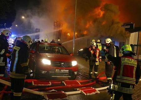 <p>Alle umliegenden Feuerwehren waren mit 20 Fahrzeugen vor Ort.</p>