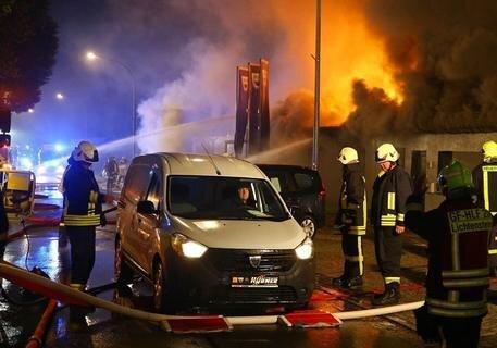 <p>Die Flammen konnten erst nach drei Stunden gelöscht werden, so die Polizei.</p>