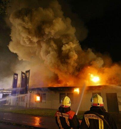 <p>Menschen wurden bei dem Feuer nicht verletzt, jedoch brannte der Flachbau des Autohauses nieder.</p>