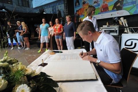 <p>Dreisprung-Europameister Max Heß beim Eintrag ins Goldene Buch.</p>