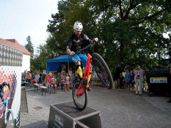 <p>Kunstradweltmeister Mario Hösel an der Ich- flieg-auf-Kirche-Bühne</p>