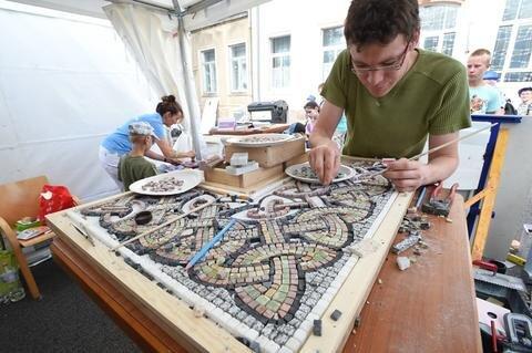 <p>Marcus Eckert von der Handerkskammer Chemnitz kreierte ein Mosaik.</p>