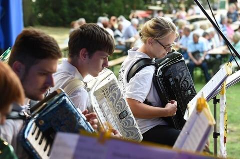 <p>Akkordeonspieler von der Musikschule Fröhlich Grimma am Auftrittsort Stadtpark</p>