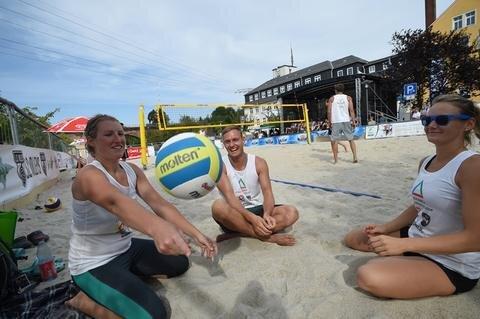 <p>Wärmten sich für das Beachvolleyballspiel auf: Anne-Katrin Dietz, Rico Knöbel und Marie Kammel - alle aus Chemnitz (v.l.n.r.)</p>