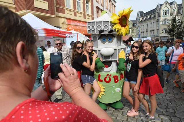 <p>Zur Eröffnung des zweiten Festtages gehörte auch ein Rundgang durch die Helenenstraße und den Johannisplatz, wo sich die Vereine vorstellten. Maskottchen der Vereine stellten begehrte Fotomotive dar.</p>