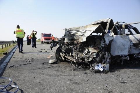 <p>Die Fahrzeugwracks gerieten in Brand, die Feuerwehr konnte die beiden Fahrer nur noch tot bergen. Weitere Personen befanden sich offenbar nicht in den Autos.</p>  <p></p>